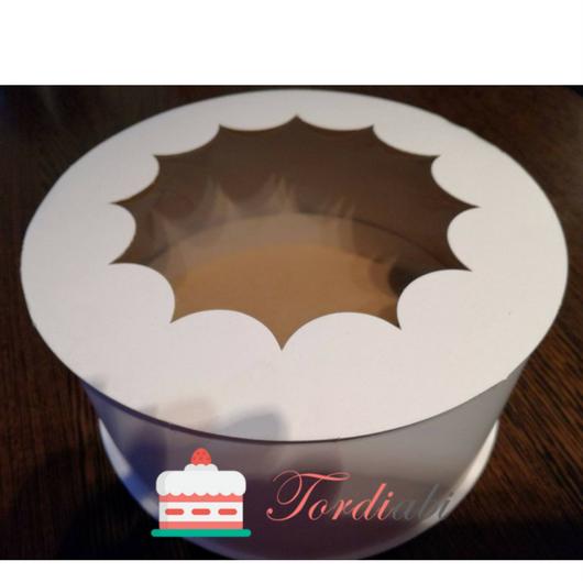 Tordiabi aknaga ümmargune valge tordikarp