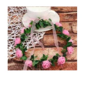 Tordiabi heleroosade roosidega pärg